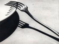 充分利用阴影拍出吸引眼球的餐具