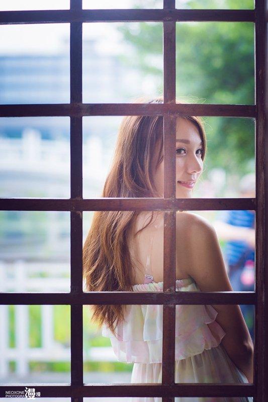 如何在咖啡厅帮女朋友拍摄写真